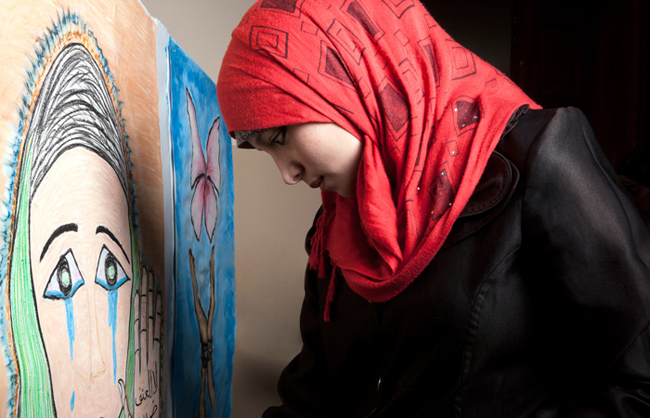Young Palestinian Refugee Woman painting during the Open Day of the Ajial Al Mostqbal Association in Rafah (Rafah – Gaza Strip – Palestine - 2013)